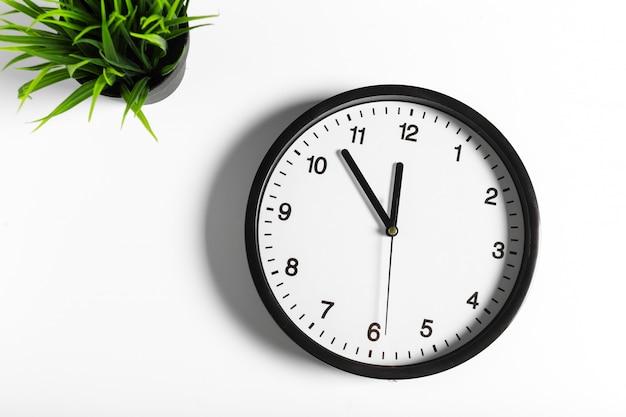 Prosty klasyczny czarno-biały okrągły zegar ścienny