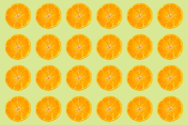 Prosty kształt świeżych surowych owoców, nowoczesna moda, układ płaski, koncepcja letnia