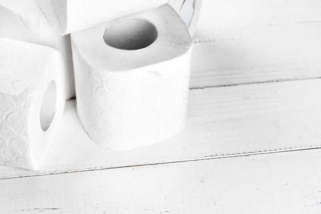 Prosty papier toaletowy, bliska widok z boku