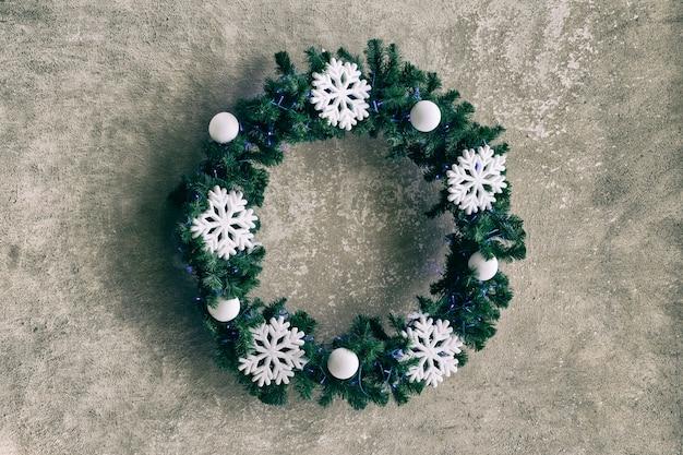 Prosty wieniec świąteczny z płatkami śniegu. symbol wakacje