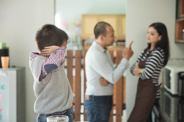 Proszę, zatrzymaj rodzicielską walkę w tle