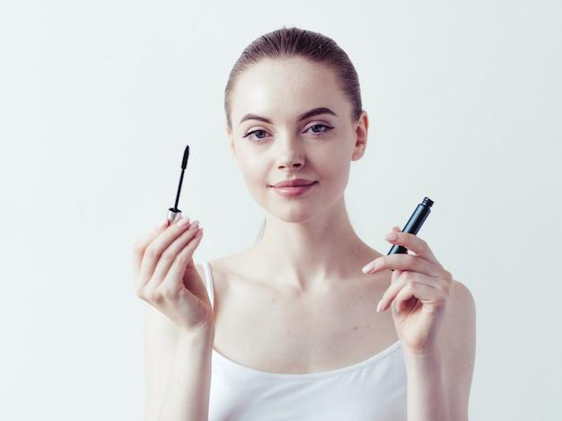 Proszek do makijażu kobiety stosujące skórę twarz piękny naturalny portret kobiety.
