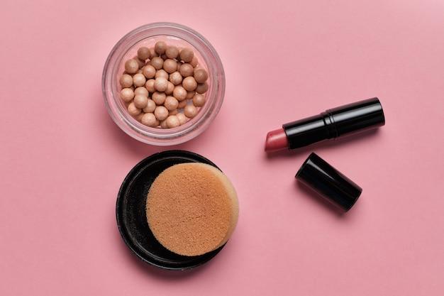 Proszek kosmetyczny dla kobiet w kulki i szminka na różowo