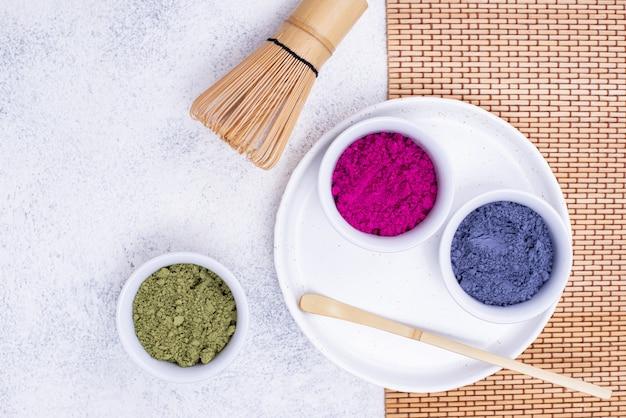 Proszek matcha zielony, niebieski i różowy