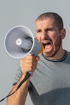 Protestujący krzyczy z megafonem