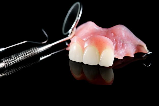 Proteza dentystyczna izolat - górna część protezy częściowej.