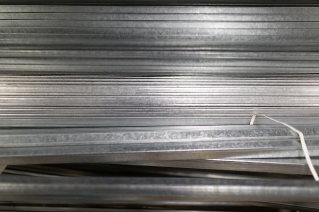 Prowadnice metalowe do ścian gipsowo-kartonowych w magazynie.