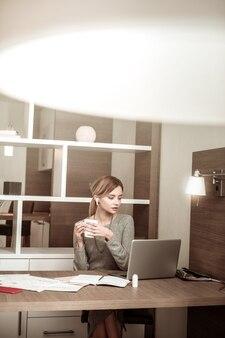 Prowadzenie czatu wideo. blond włosa stylowa kobieta o czacie wideo z mężem podczas podróży służbowej