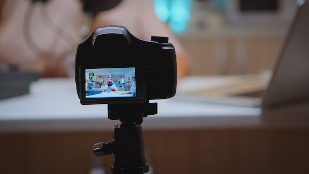 Prowadzenie produkcji vlogowej z profesjonalnym sprzętem w domowym studiu. kreatywny program online produkcje na żywo gospodarz transmisji internetowej przesyłający treści na żywo, nagrywający komunikację w mediach społecznościowych