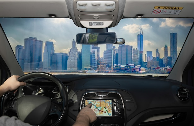 Prowadzenie samochodu podczas korzystania z ekranu dotykowego systemu nawigacji gps w finansowej dzielnicy manhattanu w nowym jorku w usa