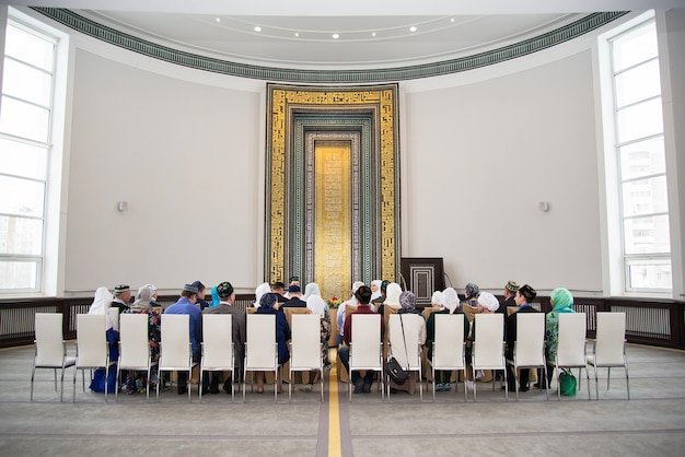 Prowadzenie ślubu w dużej pięknej sali w meczecie