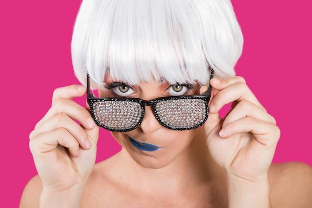 Prowokująca dziewczyna w diamentowych okularach