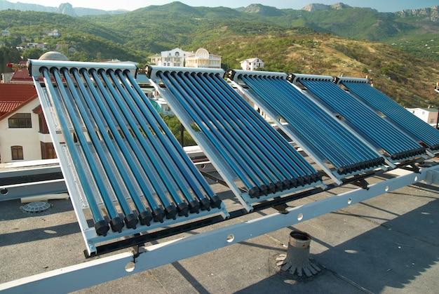 Próżniowy system solarnego podgrzewania wody na dachu domu.