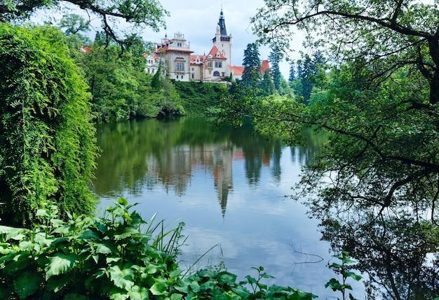Pruhonice castle park lato widok z jeziorem w pradze, republika czeska.