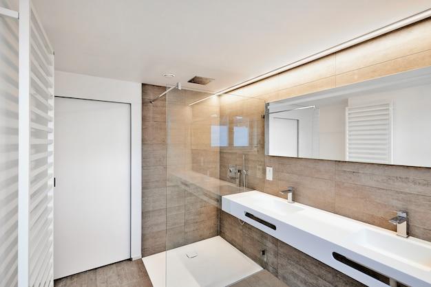 Prysznic domowy luksusowej łazienki