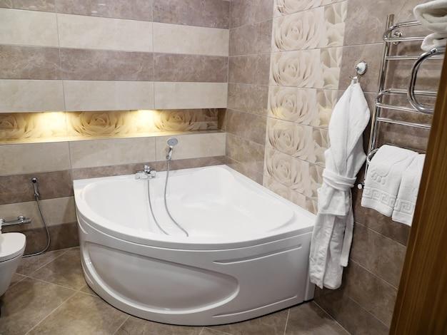 Prysznic i wanna w nowoczesnej łazience w hotelu.