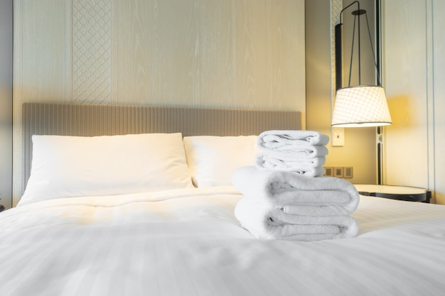 Prysznic ręcznikowy na łóżku