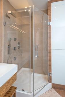Prysznic w mieszkaniu w nowoczesnym stylu. wnętrze, motyw przewodni.