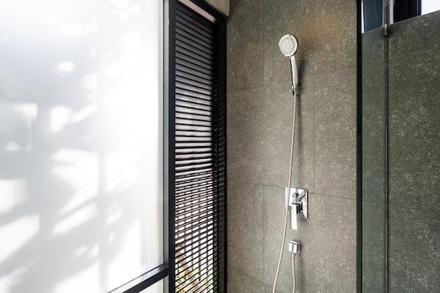 Prysznic w willi na poddaszu i apartamencie z cieniem