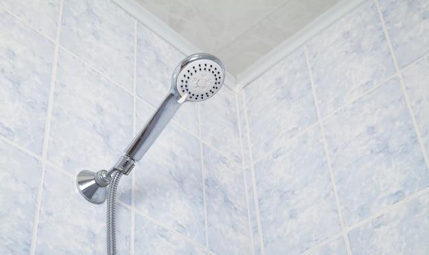 Prysznic wodny z niebieskimi płytkami ściennymi