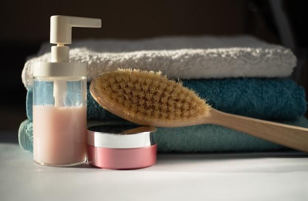 Prysznice i stos czystych ręczników w łazience koncepcja pielęgnacji ciała