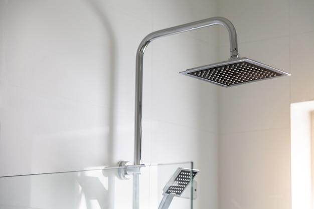 Prysznicu kierownicza chełbotania woda w łazience