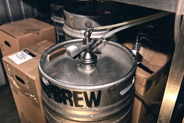 Prywatna produkcja piwa rzemieślniczego w browarze. sprzęt do przygotowania piwa. chłodnia pub baru i kawiarni. selective focus beer barrel.