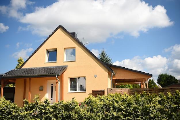 Prywatny dom w słoneczny letni dzień na zachmurzone niebo na krajobraz wsi. pojęcie nieruchomości.