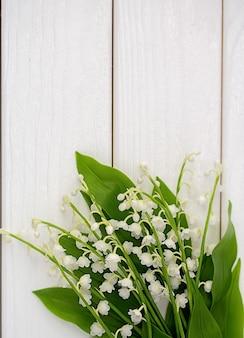 Przebiśnieg kwiaty na białym drewnianym tle