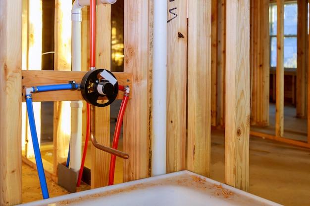 Przebudowa łazienki pokazująca prace hydrauliczne łączące instalację kranu prysznicowego