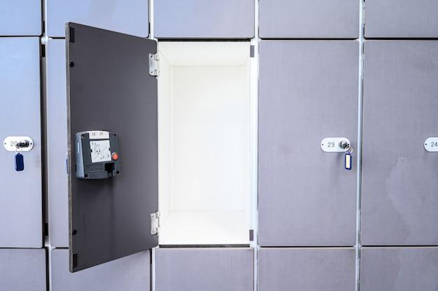 Przechowalnia bagażu w centrum handlowym, jedno pudełko jest otwarte. 07.01.2020 teneryfa, wyspy kanaryjskie
