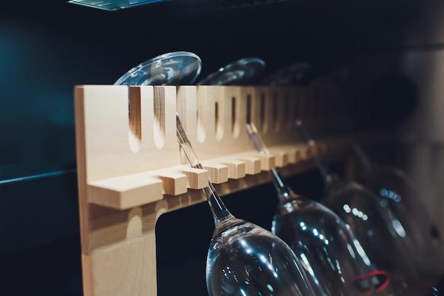 Przechowywanie butelek wina w lodówce. karta alkoholowa w restauracji. chłodzenie i konserwowanie wina.