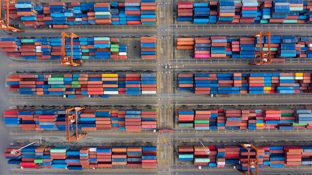 Przechowywanie kontenerów i port morski międzynarodowy widok z lotu ptaka