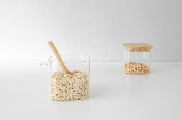 Przechowywanie orzechów w szklanych słoikach