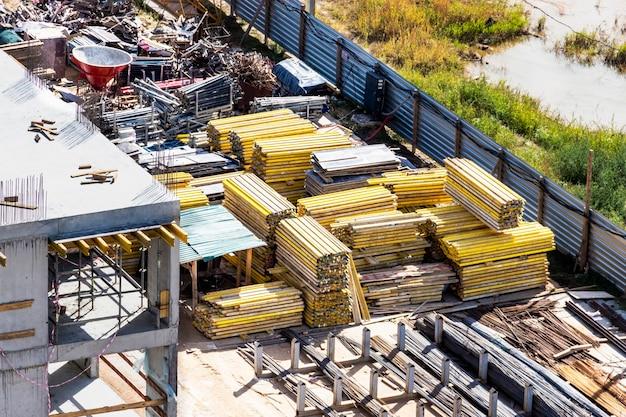 Przechowywanie sprzętu i materiałów na placu budowy. elementy szalunkowe i materiały budowlane przygotowane do budowy domu monolitycznego.