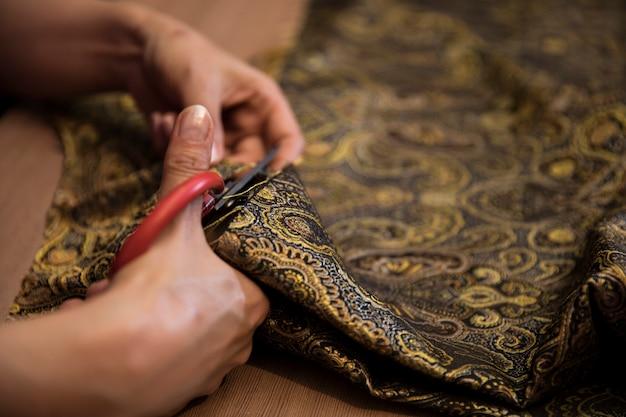 Przecinanie tkanki dekoracyjnej nożyczkami