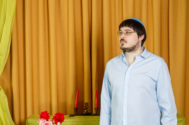 Przed ceremonią chupy żydowski pan młody w synagodze martwi się oczekiwaniem na pannę młodą. poziome zdjęcie