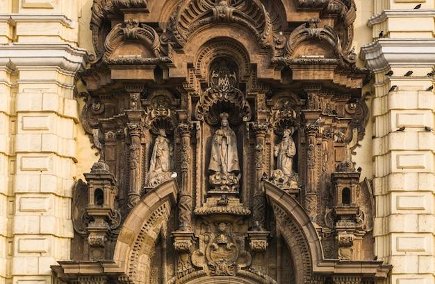 Przed kościołem san francisco w centrum limy