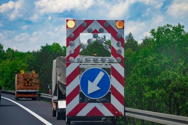Przed nami znak ostrzegawczy na drodze. znak drogowy. remont dróg.