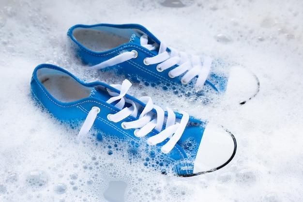 Przed praniem zamocz buty. czyszczenie brudne trampki.