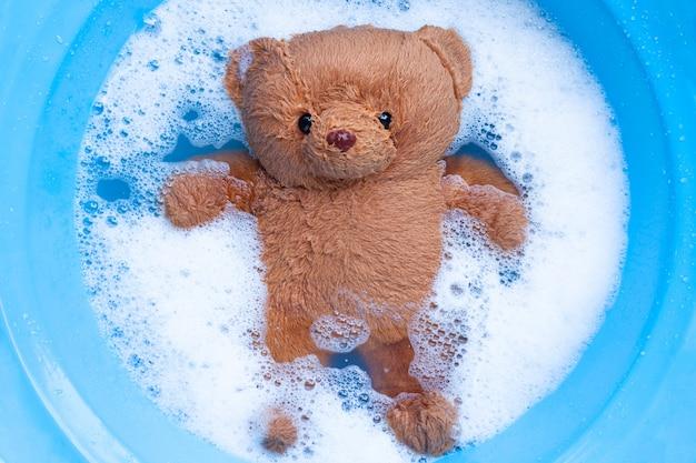 Przed praniem zamoczyć misia w wodzie rozpuszczającej detergent do prania.