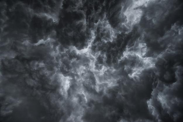 Przed ulewnym deszczem. dużo piorunów i silnego wiatru. ciemne chmury na niebie wyglądają jak wielki czarny dym.