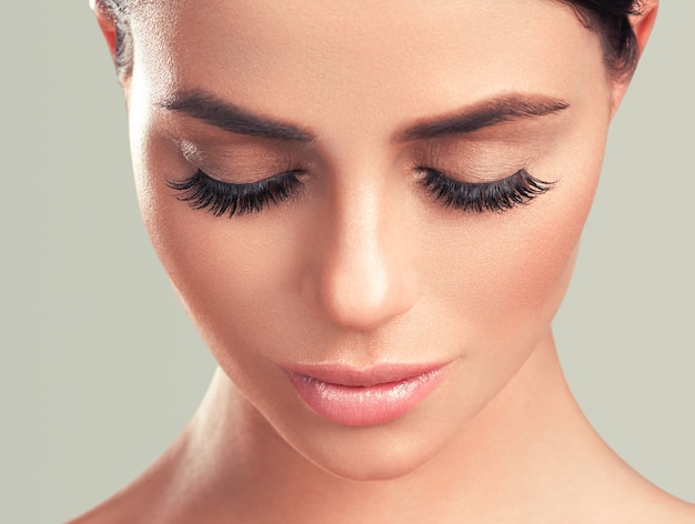 Przedłużanie rzęs kobiety oczy makro piękno kolor tła. strzał studio.