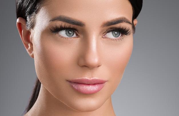 Przedłużanie rzęs kobiety oczy makro piękno. strzał studio.