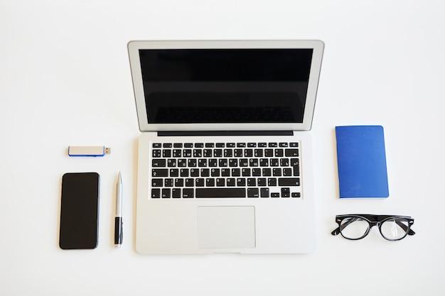 Przedmioty biznesowe i urządzenia na stole