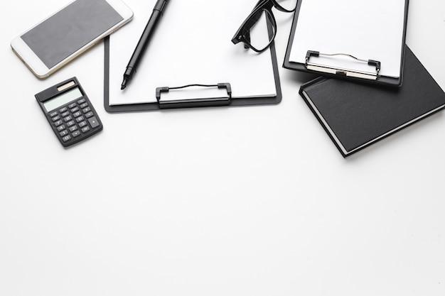 Przedmioty biznesowe upuszczone w nieład kreatywny na białym stole