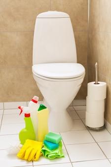 Przedmioty do czyszczenia rękawiczki szczotkują białą muszli klozetowej łazienkę