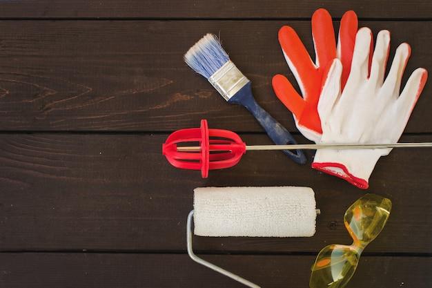 Przedmioty i narzędzia profesjonalnego malarza na drewniane tła. stół roboczy malarza i dekoratora