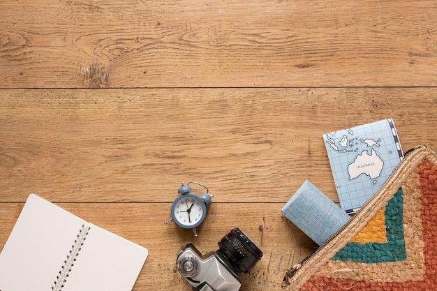 Przedmioty podróżne na drewnianym tle powyżej widoku