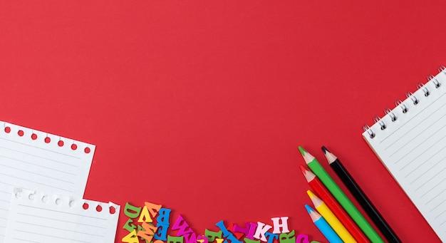 Przedmioty szkolne na czerwonym tle, baner